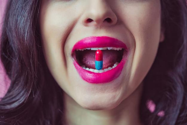 Una giovane donna che fa espressioni divertenti. stile di editing pop art