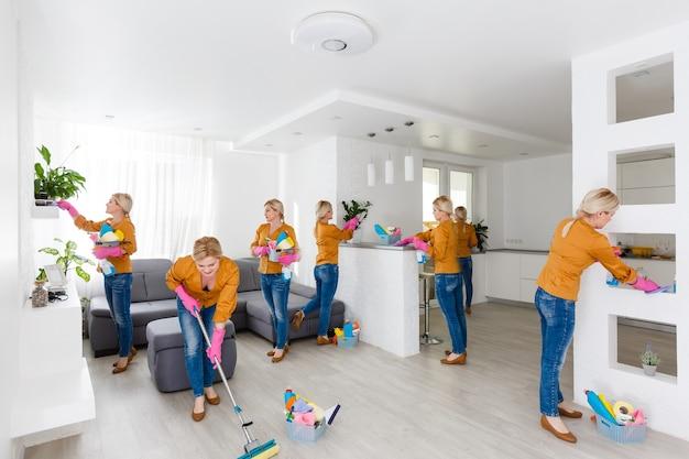 Giovane donna che fa i lavori domestici, pulisce