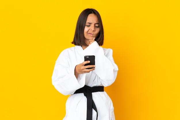 Giovane donna che fa karate isolato