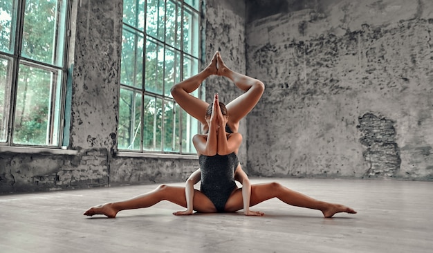 Giovane donna che fa yoga