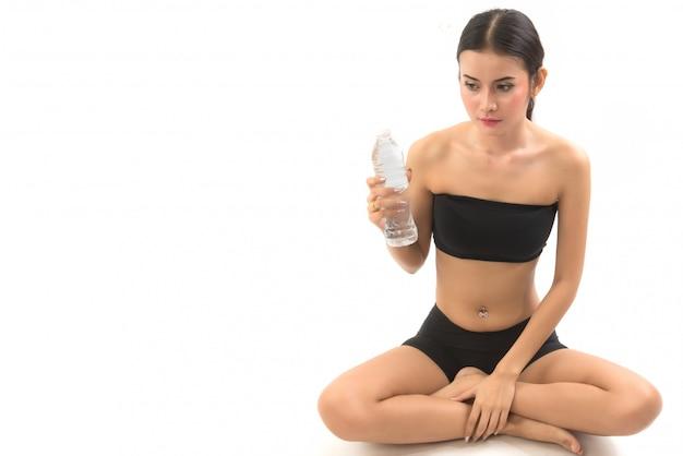 Acqua potabile della giovane donna dopo l'esercizio
