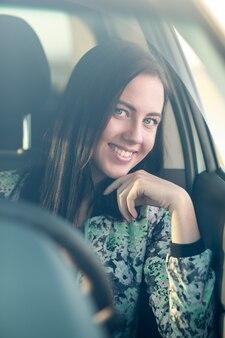 Giovane donna alla guida della sua auto