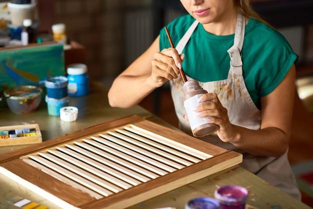 Giovane donna che gode del crafting