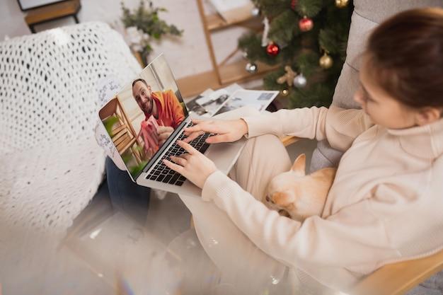 Giovane donna che si gode la vita domestica. comfort domestico, inverno e vacanze