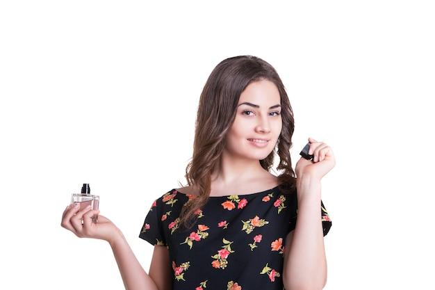 Giovane donna che si gode l'odore del profumo