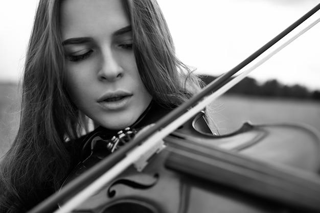 Una giovane donna suona il violino con entusiasmo