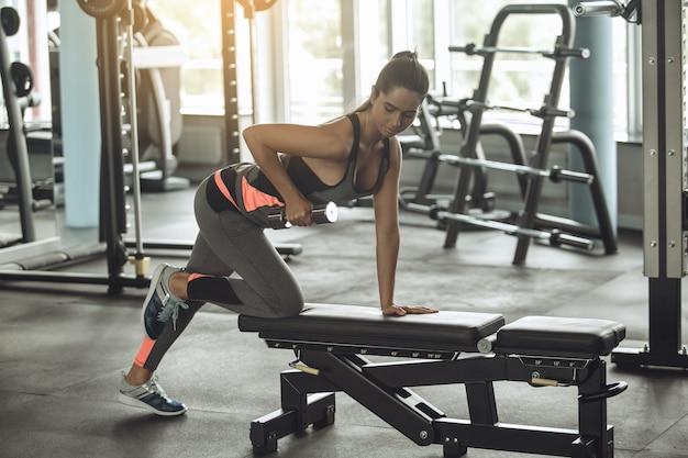 Esercizio di giovane donna in palestra stile di vita sano gym