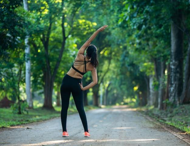 Giovane donna che si esercita nel parco