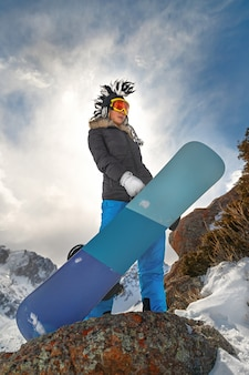Snowboarder estremo della giovane donna sul freeride. momenti invernali. copia spazio