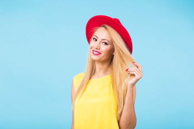 Ritratto dello studio del modello di lookbook di moda della giovane donna.