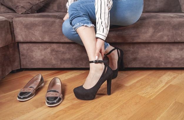 Giovane donna che sente dolore a causa di indossare i tacchi alti.