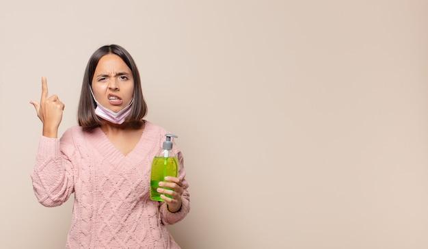 Giovane donna che si sente confusa e perplessa, mostrando che sei pazzo, pazzo o fuori di testa Foto Premium