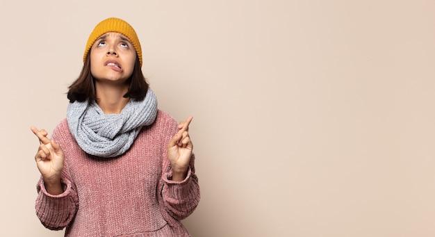 Giovane donna che si sente male con mal di gola e sintomi influenzali, tosse con la bocca coperta