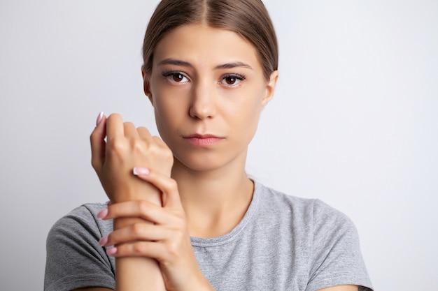 La giovane donna avverte un forte dolore alla mano