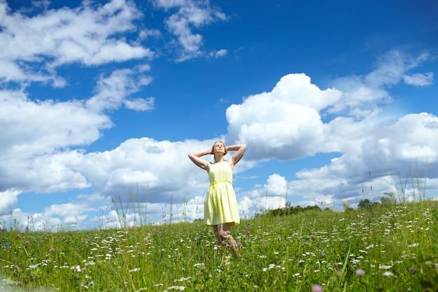 Giovane donna nel campo.
