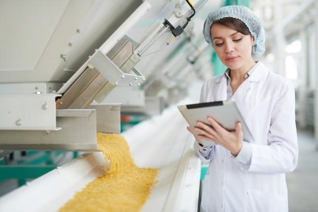 Giovane donna in fabbrica alimentare