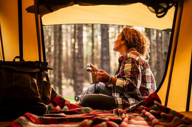 Giovane donna nella foresta con una tenda Foto Premium