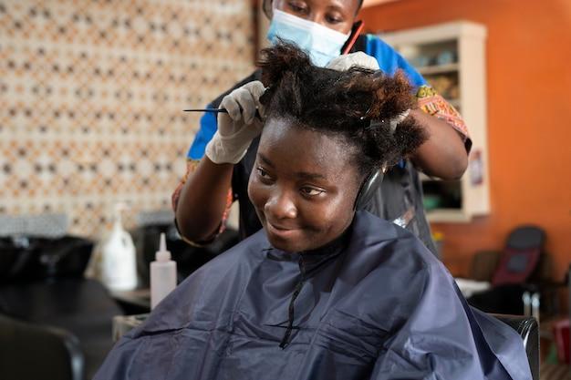 Giovane donna che ottiene i suoi capelli fatti al salone