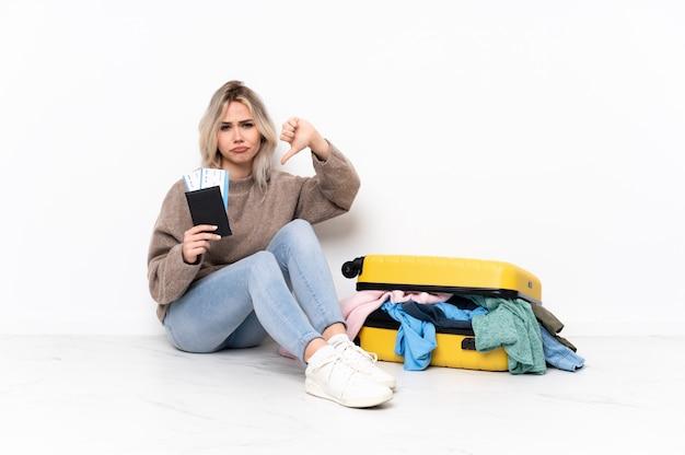 Giovane donna che va a viaggiare sopra la parete isolata