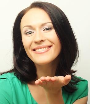 Giovane donna in maglietta verde con un grande sorriso felice