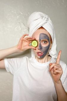La giovane donna ha applicato una maschera di argilla grigia
