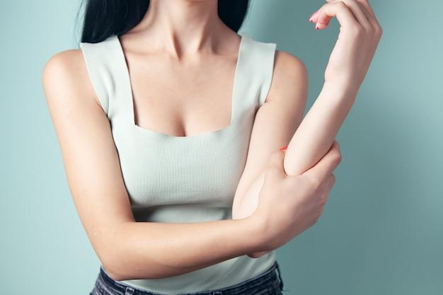 La giovane donna ha dolore al braccio