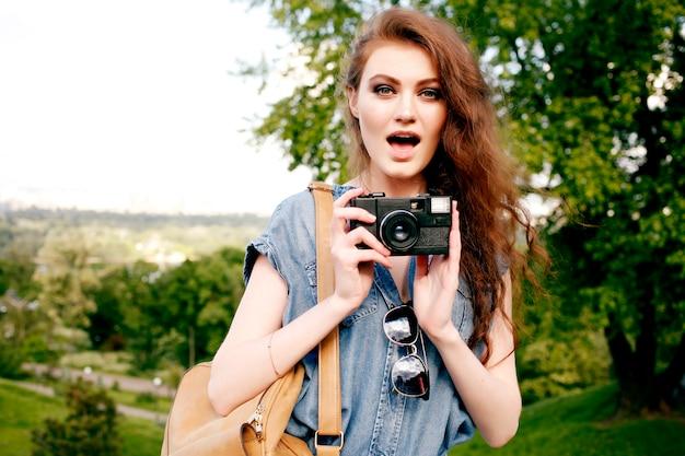 Giovane donna divertirsi nella natura e fare foto