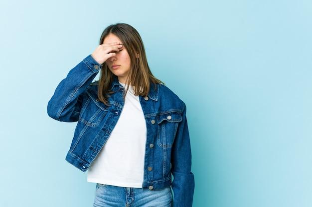 Giovane donna che ha mal di testa, toccando la parte anteriore del viso