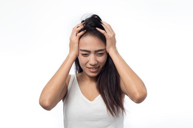 Giovane donna che ha mal di testa su bianco