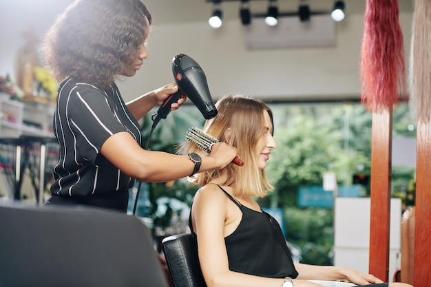 Giovane donna con i capelli essiccati
