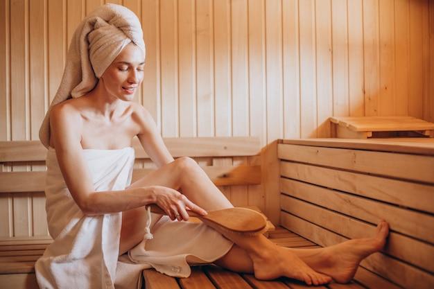 Giovane donna che ha resto nella sauna da solo Foto Premium