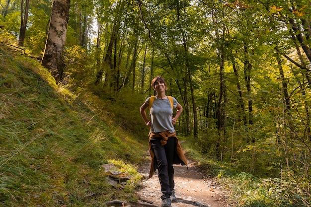 Una giovane donna in direzione di passerelle de holtzarte de larrau nella foresta o nella giungla di irati, navarra settentrionale in spagna e pyrenees-atlantiques della francia
