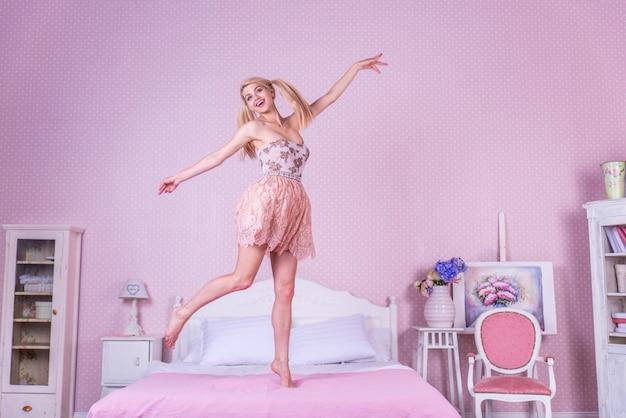 Giovane donna nella sua camera da letto