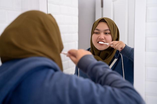 Hijab della giovane donna che fa le attività di routine