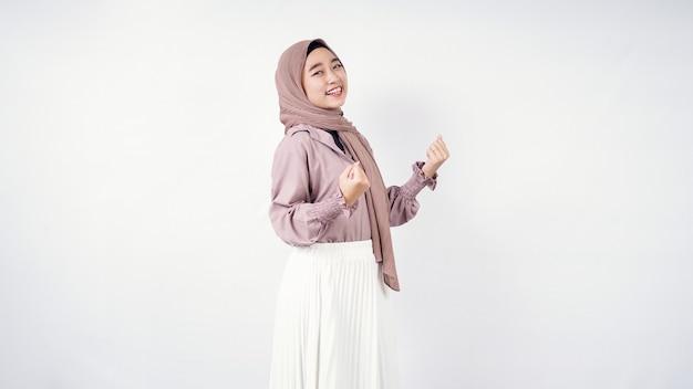 Hijab di giovane donna appassionatamente isolato su sfondo bianco