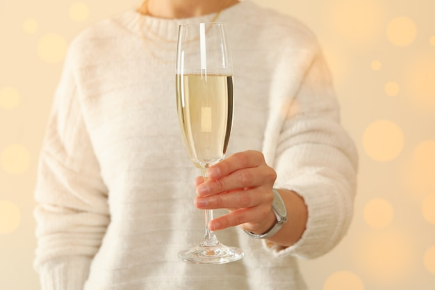 Giovane donna tenere bicchiere di champagne