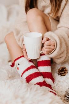 Giovane donna che tiene una tazza di tè