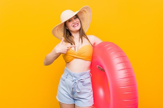 Giovane donna che tiene un galleggiante