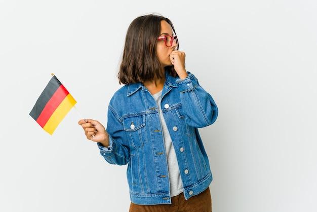 Giovane donna che tiene una bandiera tedesca Foto Premium