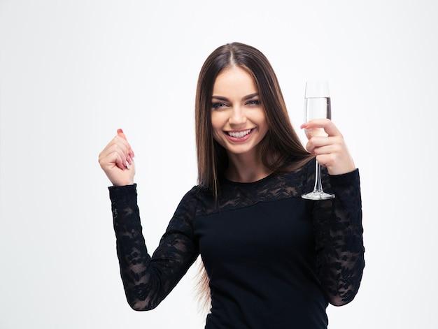 Giovane donna che tiene il vetro con champagne