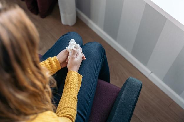 Giovane donna in possesso di un fazzoletto usato per asciugare le lacrime concetto di violenza e maltrattamenti di donne,