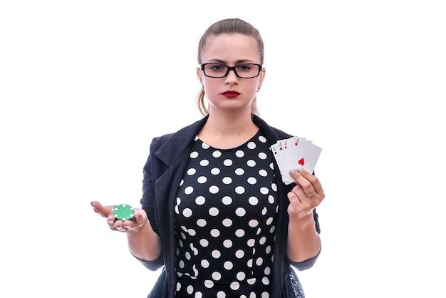 Giovane donna che tiene le carte da gioco e le fiches da poker isolate su bianco. concetto di gioco d'azzardo. combinazione di quattro assi