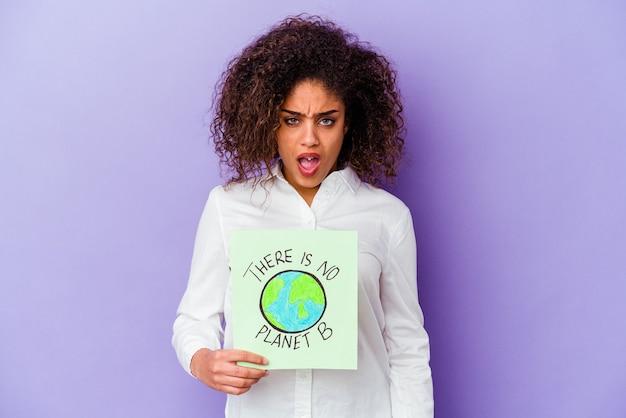 Giovane donna che tiene un cartello non c'è nessun pianeta b isolato che grida molto arrabbiato e aggressivo