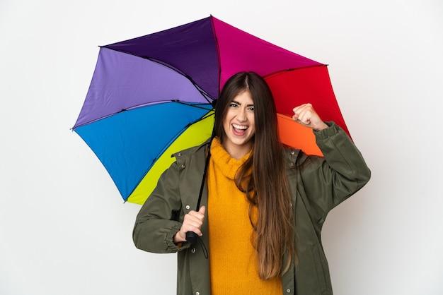 Giovane donna che tiene un ombrello isolato
