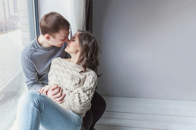 Giovane donna che abbraccia il ragazzo, coppia sexy innamorata divertendosi insieme