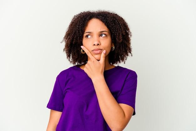 Giovane donna isolata contemplando, pianificando una strategia, pensando al modo di fare impresa