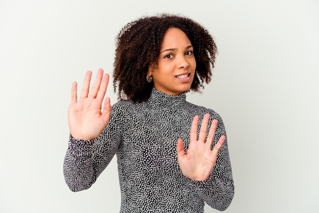 Giovane donna isolata rifiutando qualcuno che mostra un gesto di disgusto