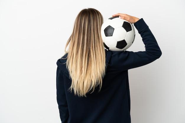 Giovane donna su sfondo bianco isolato con pallone da calcio
