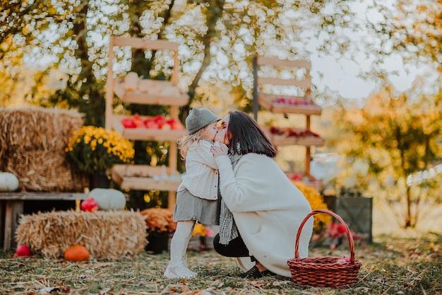 Giovane donna che bacia il suo bambino