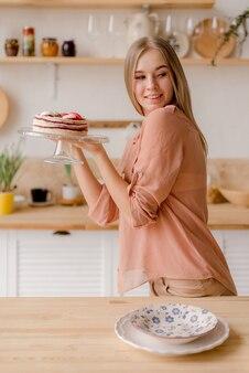 Giovane donna in cucina
